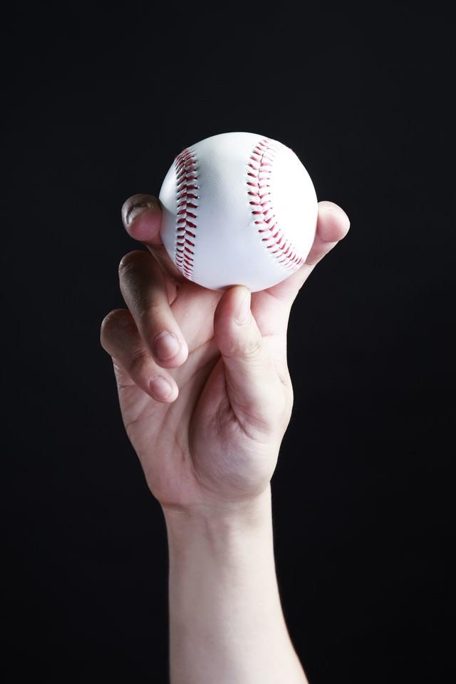 フォークボールを握るの写真