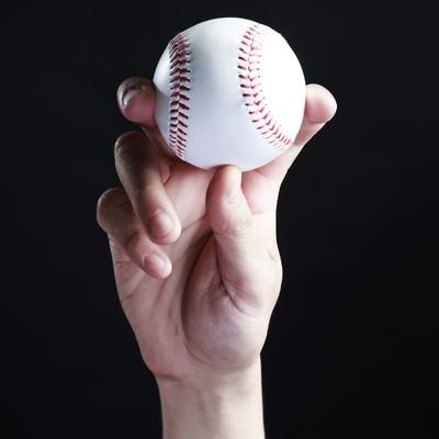 「フォークボールを握る」の写真素材