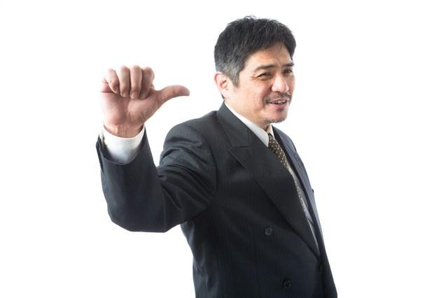 「ついてこい!」と案内する頼もしい上司の写真