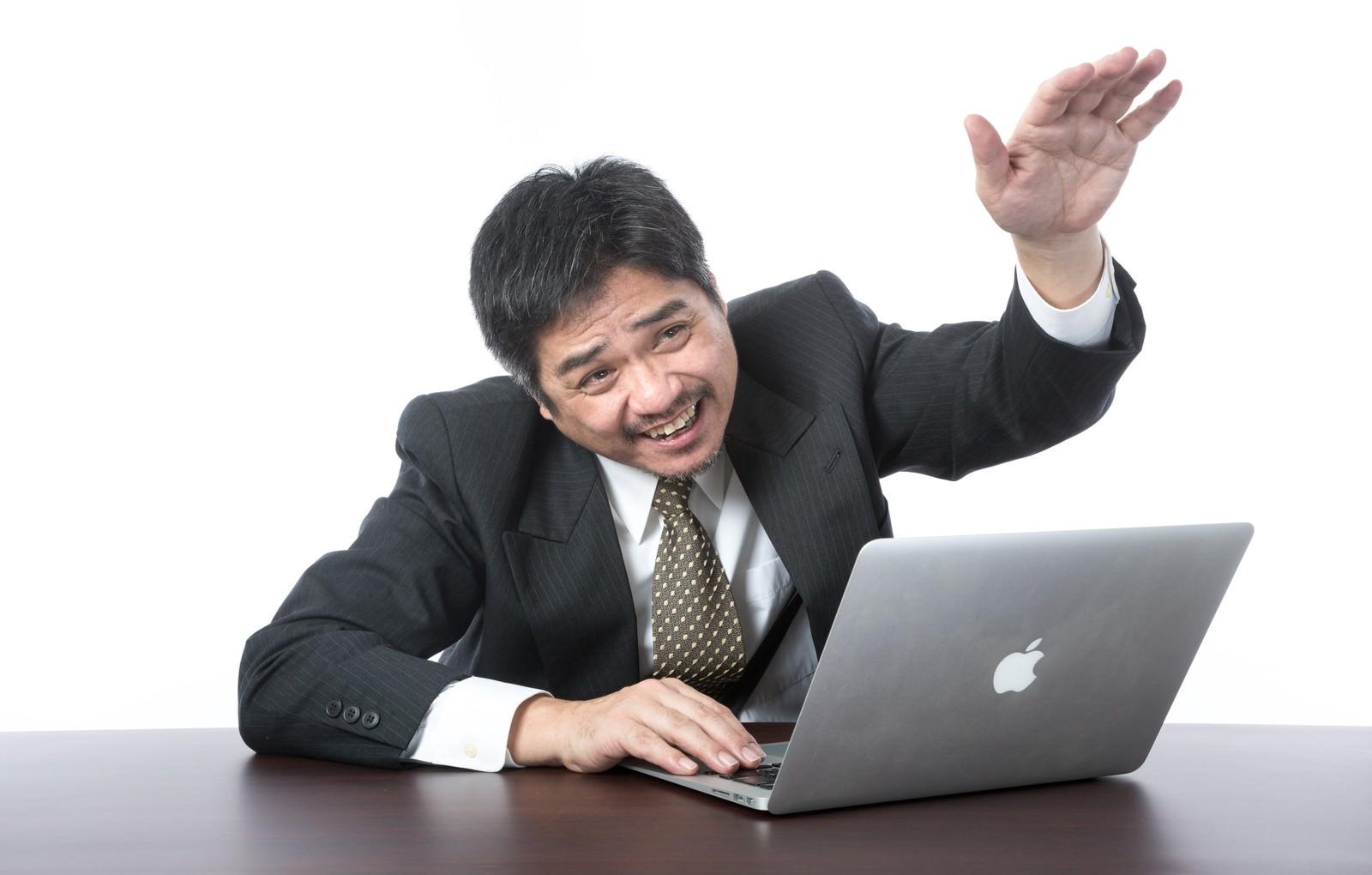 「(何もやっていないのにパソコン動かなくなった)部下に助けを求める上司(何もやっていないのにパソコン動かなくなった)部下に助けを求める上司」[モデル:よたか]のフリー写真素材を拡大
