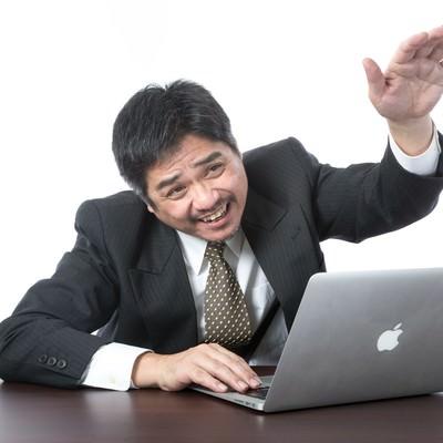 (何もやっていないのにパソコン動かなくなった)部下に助けを求める上司の写真