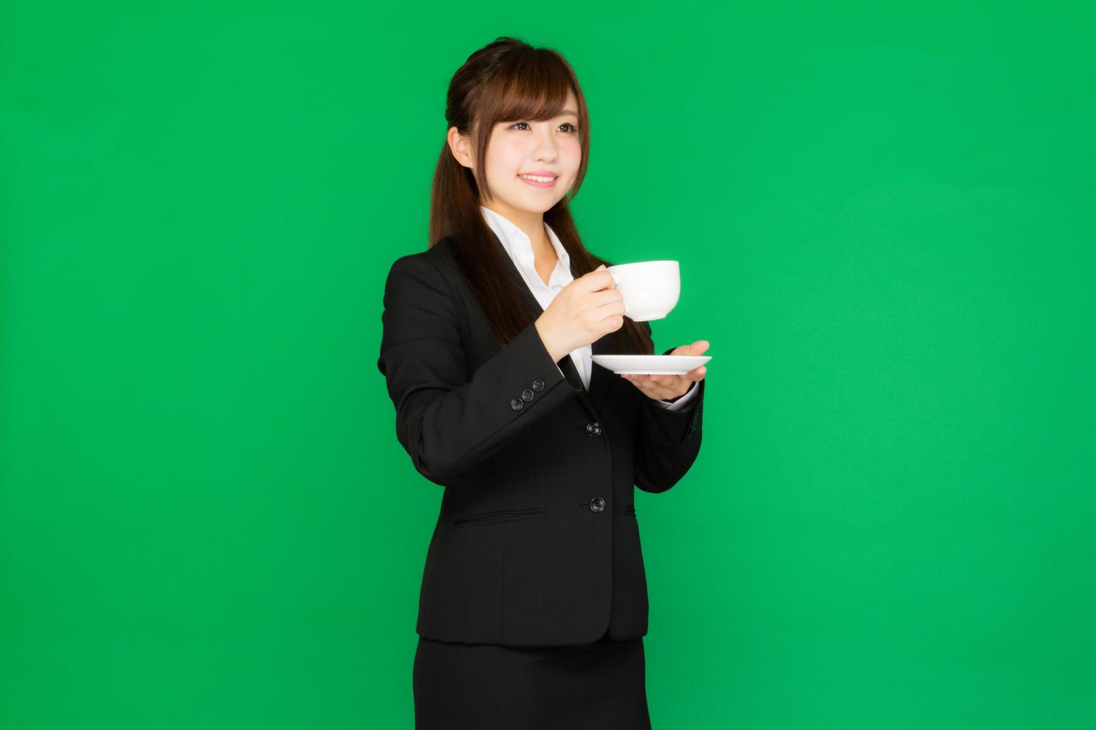 「仕事の合間に一息のコーヒータイム(グリーンバック)」の写真[モデル:河村友歌]