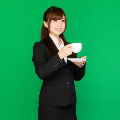 「仕事の合間に一息のコーヒータイム(グリーンバック)」の写真素材
