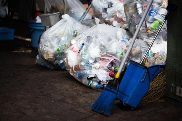 収集されたゴミ袋の写真