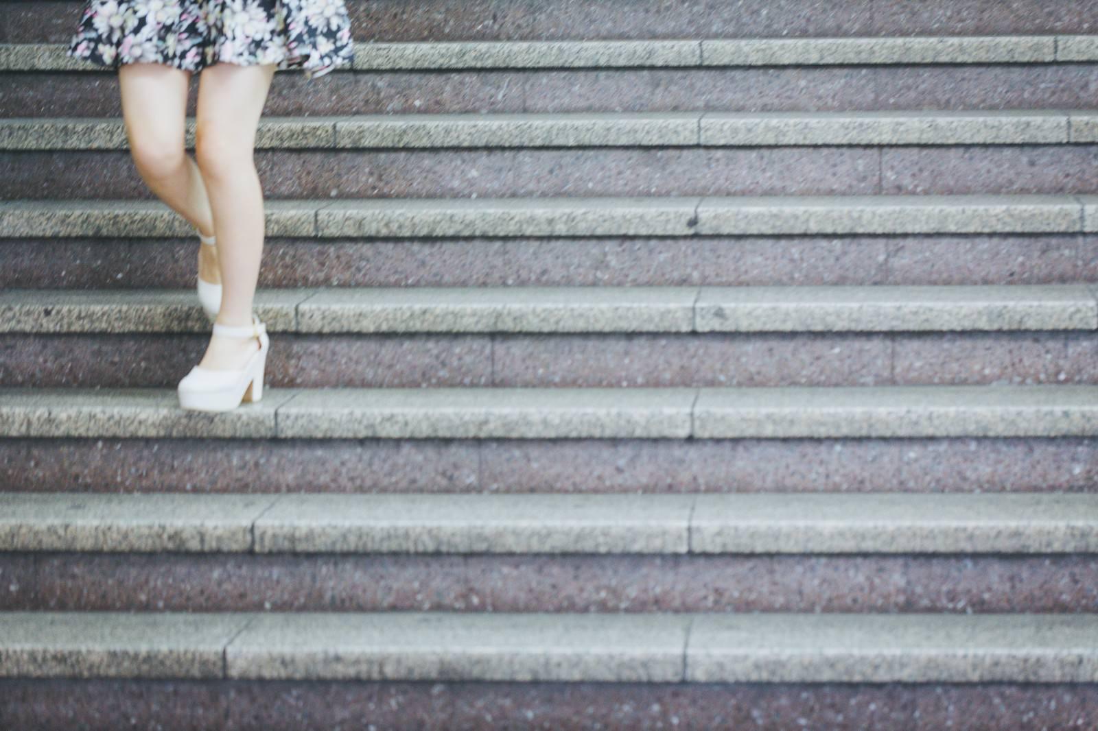 「階段を上る フリー画像」の画像検索結果