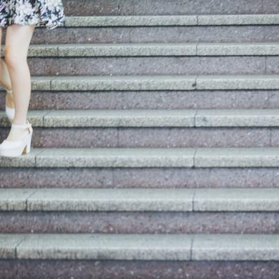「階段と下る女性の足元」の写真素材