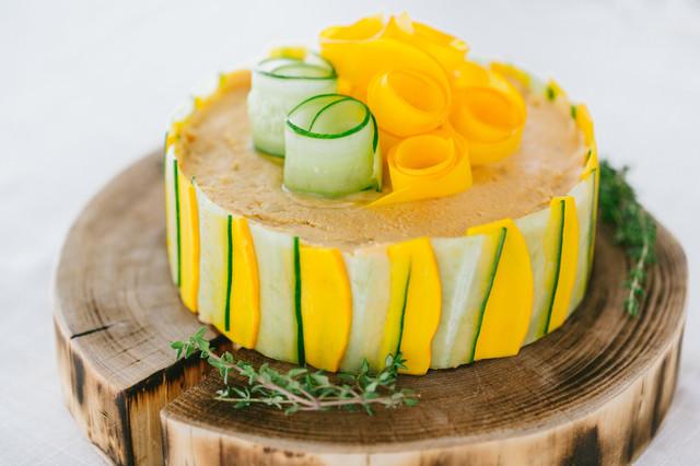 野菜の食感とクリームチーズの濃厚な味わい「ベジデコサンドケーキ」の写真