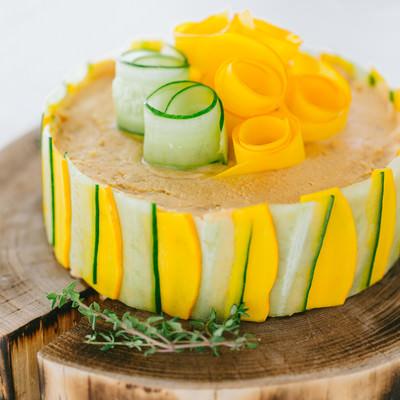 「野菜の食感とクリームチーズの濃厚な味わい「ベジデコサンドケーキ」」の写真素材
