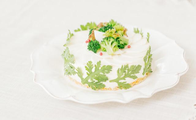 ブロッコリーのデコレーションと春菊に包まれた「ベジデコグリーンケーキ」の写真