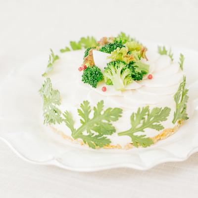 「ブロッコリーのデコレーションと春菊に包まれた「ベジデコグリーンケーキ」」の写真素材