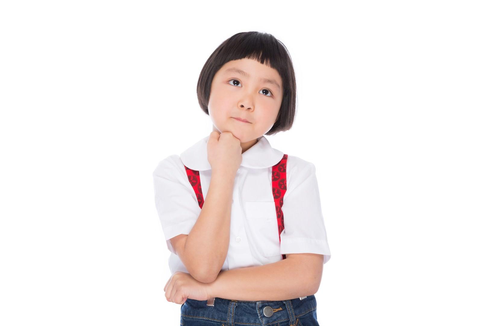 「遠足のおやつを考える小学生の女の子遠足のおやつを考える小学生の女の子」[モデル:ゆうき]のフリー写真素材