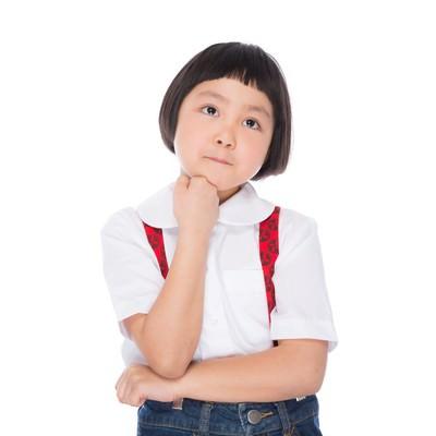 「遠足のおやつを考える小学生の女の子」の写真素材