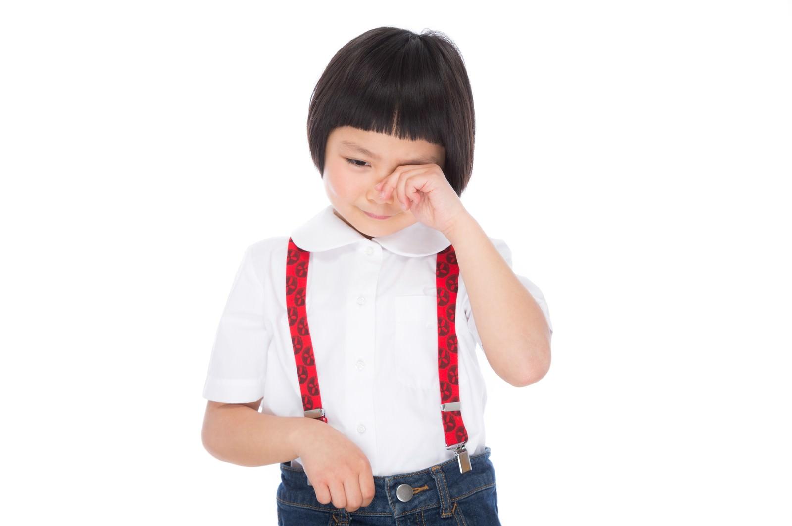 「泣きじゃくる前髪パッツンの女の子」の写真[モデル:ゆうき]