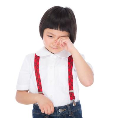 「泣きじゃくる前髪パッツンの女の子」の写真素材