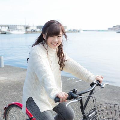 「自転車にのってはしゃぐ彼女」の写真素材
