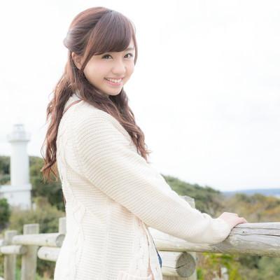 「太東崎灯台からの風景を楽しむ彼女」の写真素材
