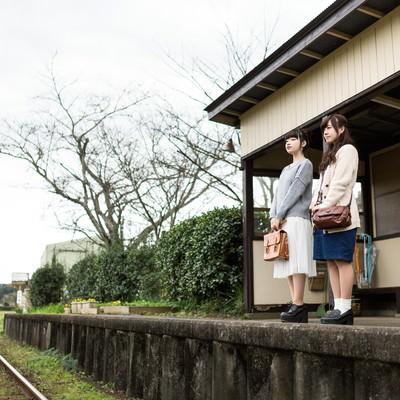 「無人駅で電車を待つ女性」の写真素材