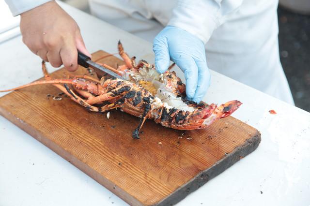伊勢海老を真っ二つに調理の写真