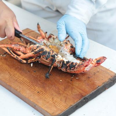 「伊勢海老を真っ二つに調理」の写真素材