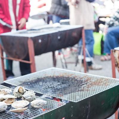 「港の朝市のバーベキュー(千葉県いすみ市)」の写真素材