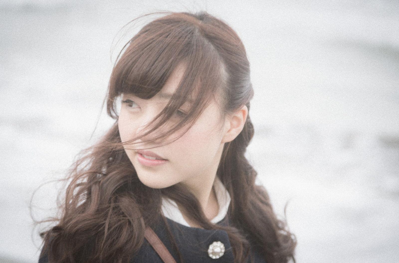 海辺で思い出に浸る独女