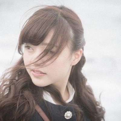「海辺で思い出に浸る独女」の写真素材