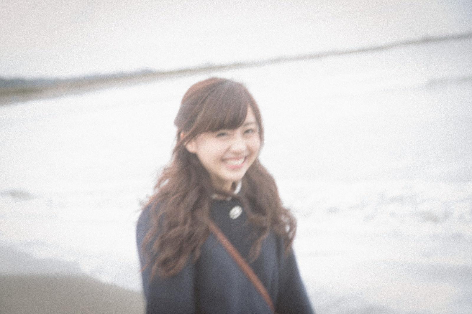 「冬の海を歩く女の子」の写真[モデル:河村友歌]