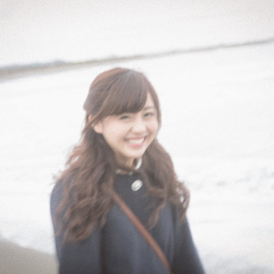 冬の海を歩く女の子の写真