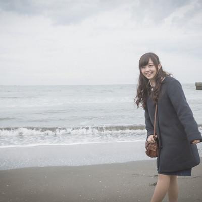 「彼女と冬の海デート」の写真素材