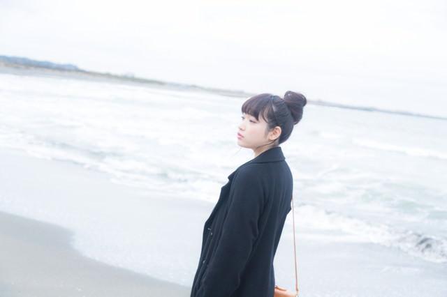 ひとり海に来た女性の写真