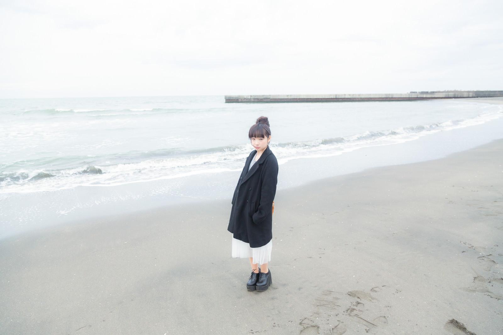 「冬の海とお団子ガール冬の海とお団子ガール」[モデル:渡辺友美子]のフリー写真素材を拡大