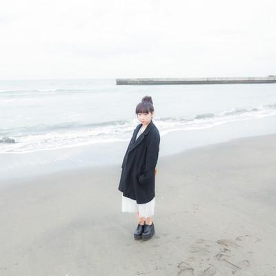 「冬の海とお団子ガール」の写真素材