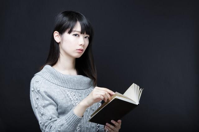 美女と書籍の写真