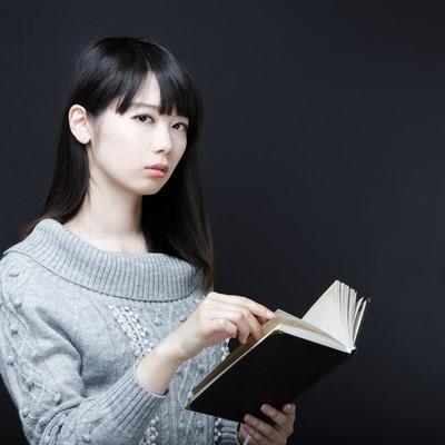 「美女と書籍」の写真素材