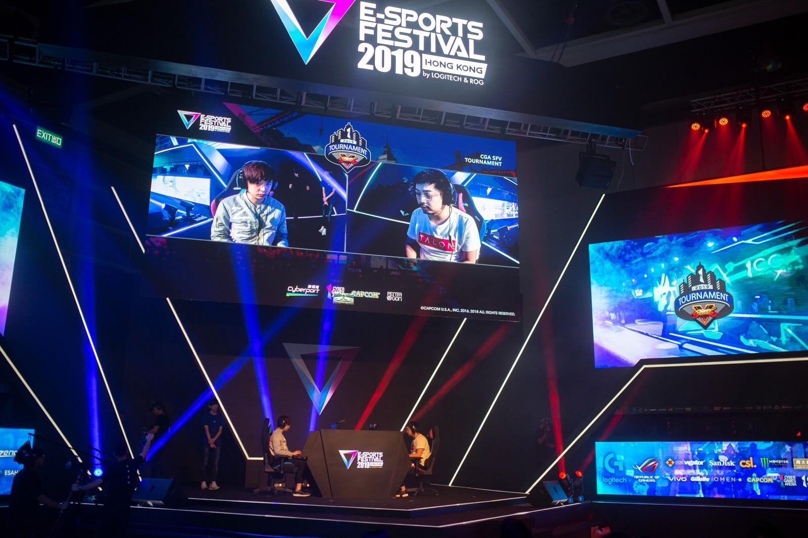 「スクリーンに映る自身の姿、試合に挑む選手達 - E-Sports Festival Hong Kong 2019」の写真