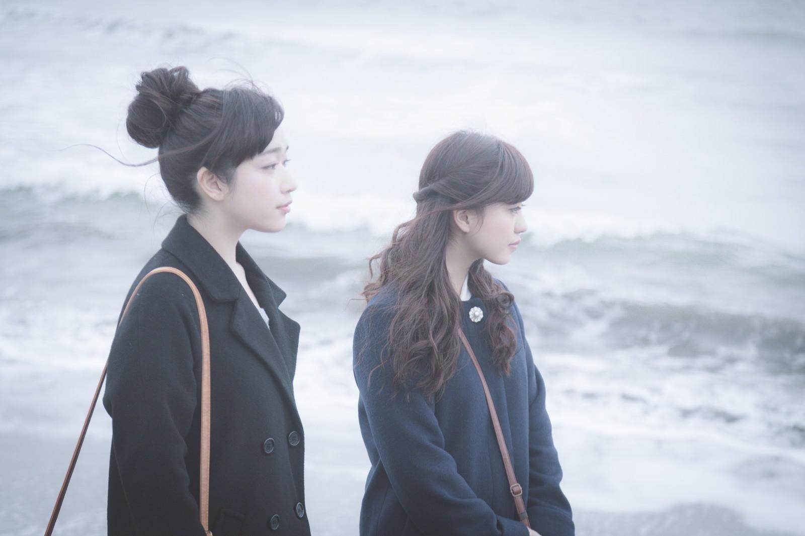 「季節外れの海を訪れた訳ありガールズ」の写真[モデル:河村友歌 渡辺友美子]