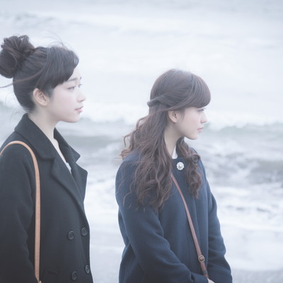 季節外れの海を訪れた訳ありガールズの写真
