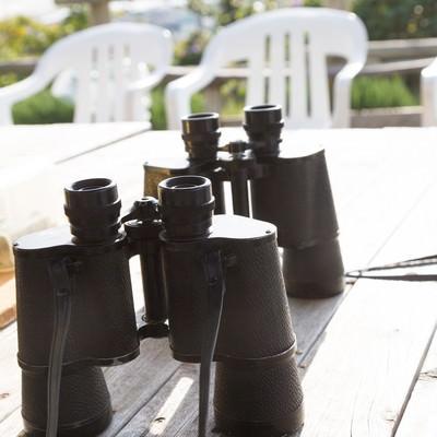 「テーブルの上に置かれた双眼鏡」の写真素材