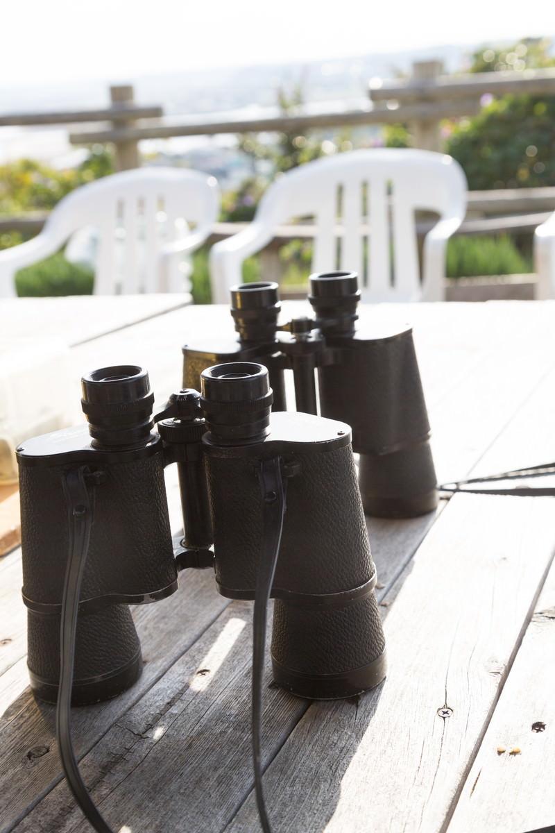 「テーブルの上に置かれた双眼鏡 | 写真の無料素材・フリー素材 - ぱくたそ」の写真