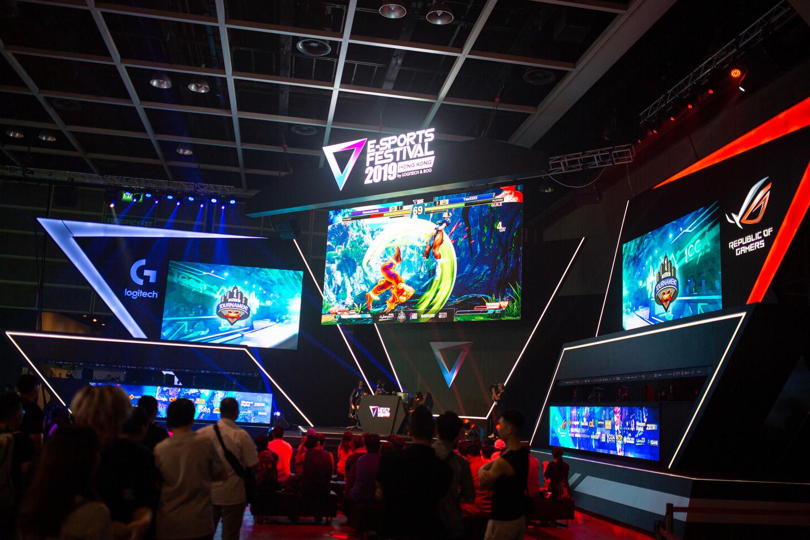「大迫力なモニターで開催されるストVの大会 - E-Sports Festival Hong Kong 2019」の写真