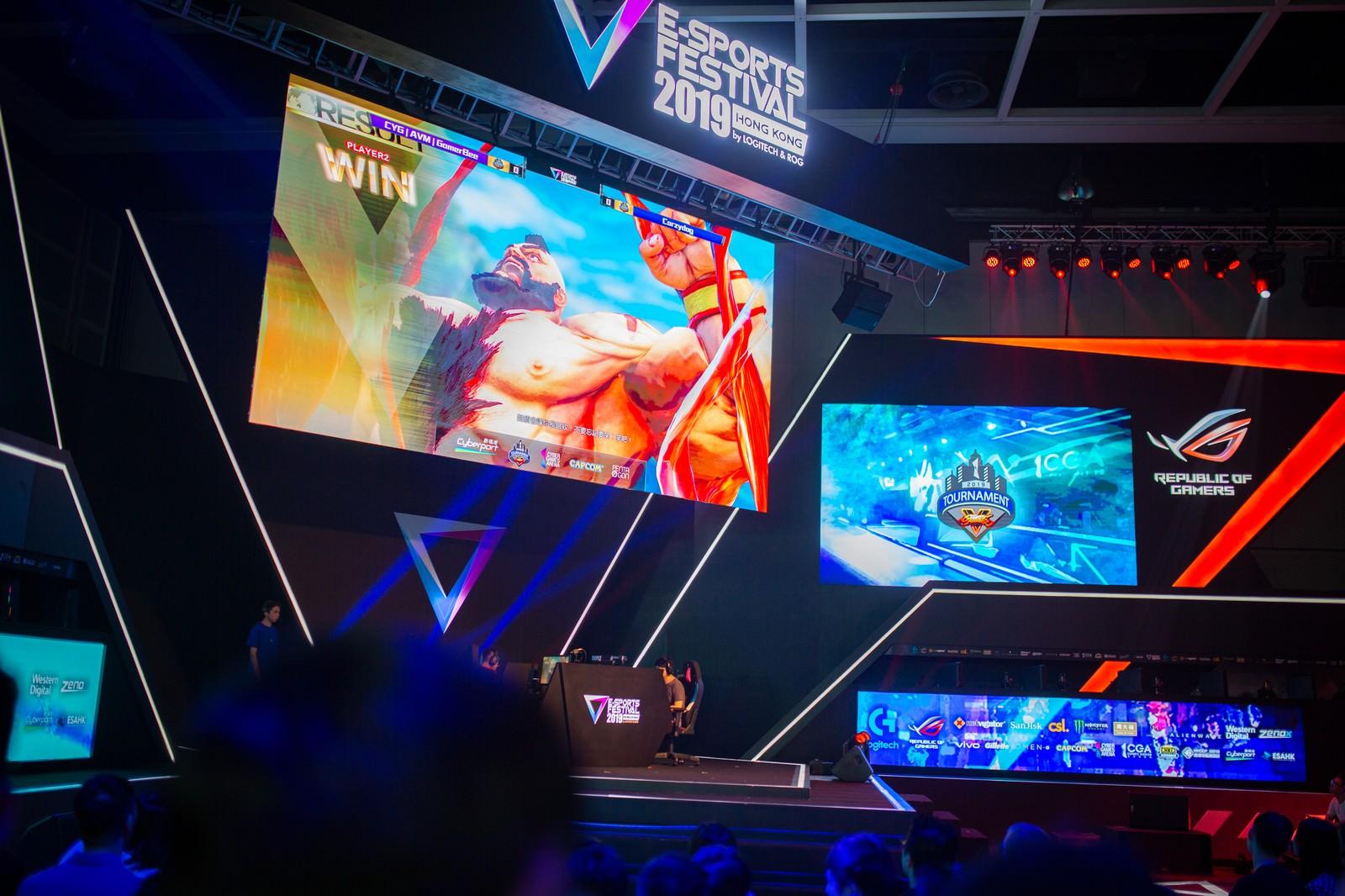 「巨大モニターにザンギエフの勝利が映し出される - E-Sports Festival Hong Kong 2019」の写真