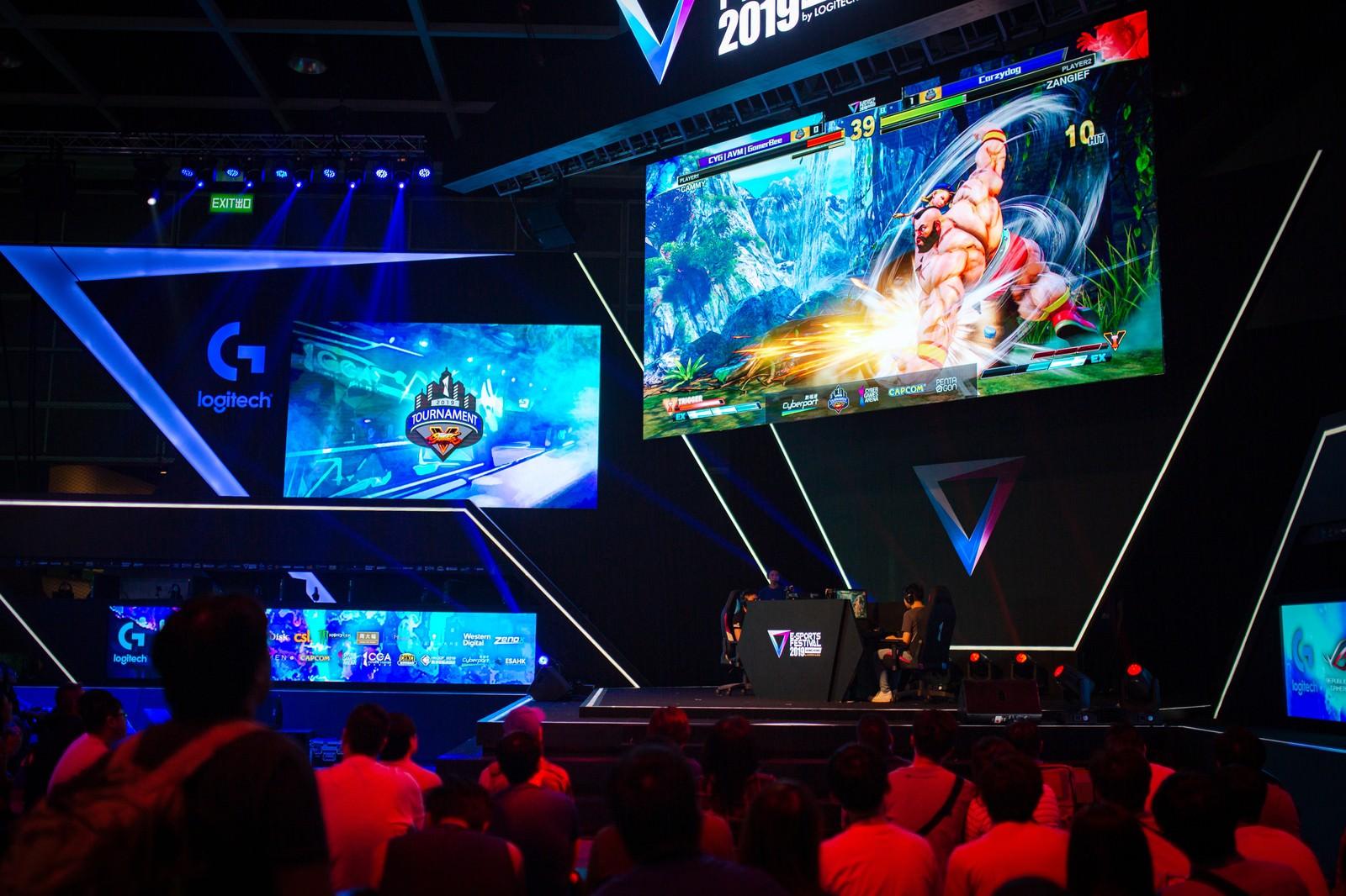 「巨大スクリーンに映し出される試合を観る観客 - E-Sports Festival Hong Kong 2019」の写真