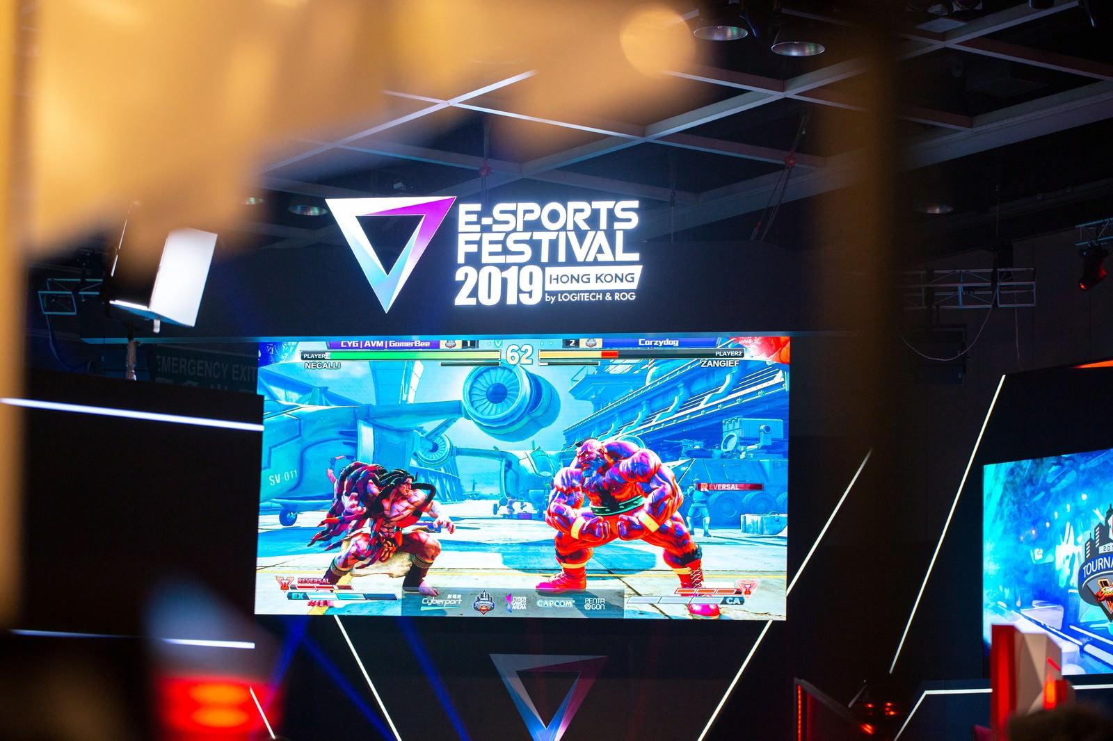 「大画面で行われたストリートファイターVの大会の様子 - E-Sports Festival Hong Kong 2019」の写真
