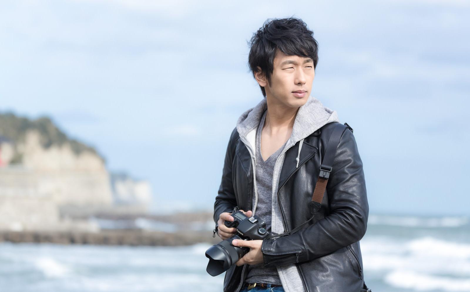 津々ヶ浦の風景を撮影するカメラマン