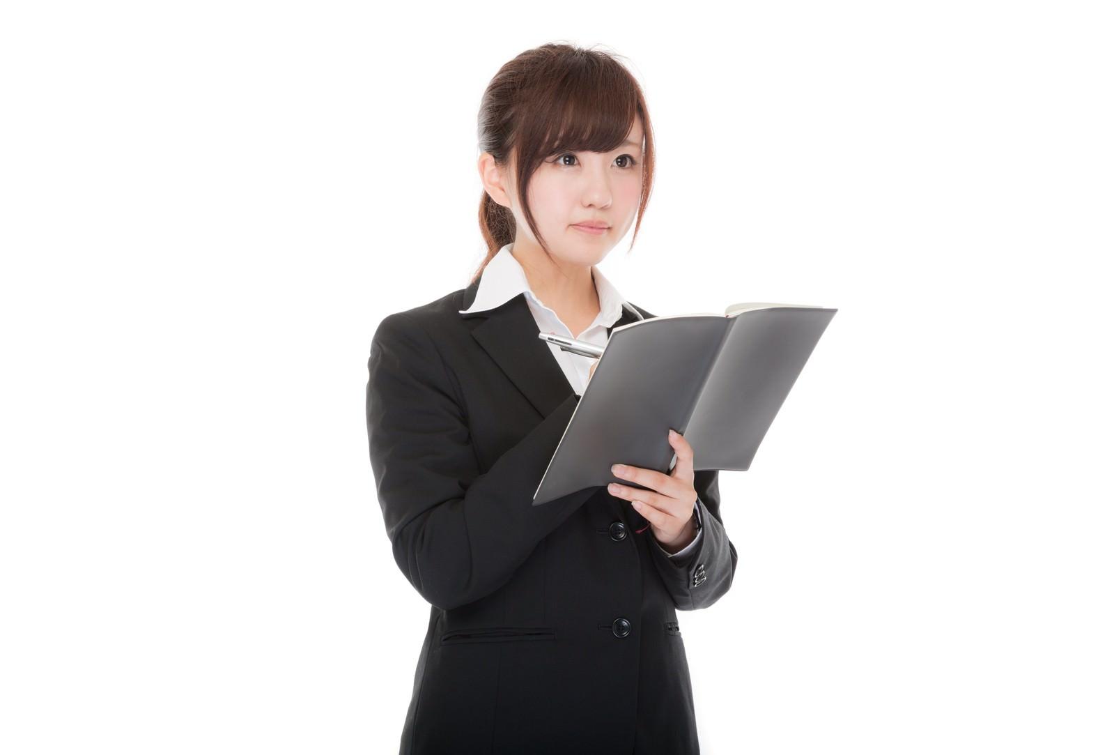 「名簿をチェックする女性社員名簿をチェックする女性社員」[モデル:河村友歌]のフリー写真素材を拡大