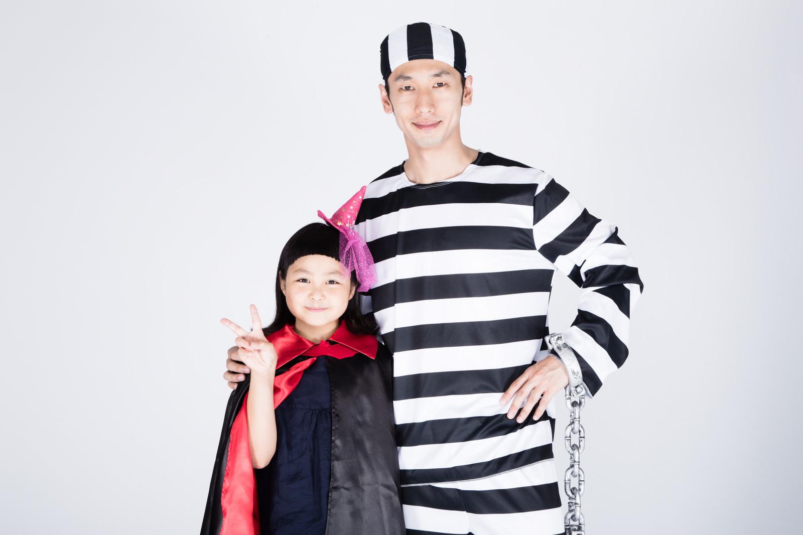 「私、魔女のキキです。こっちは囚人のお父さん」の写真[モデル:ゆうき 大川竜弥]