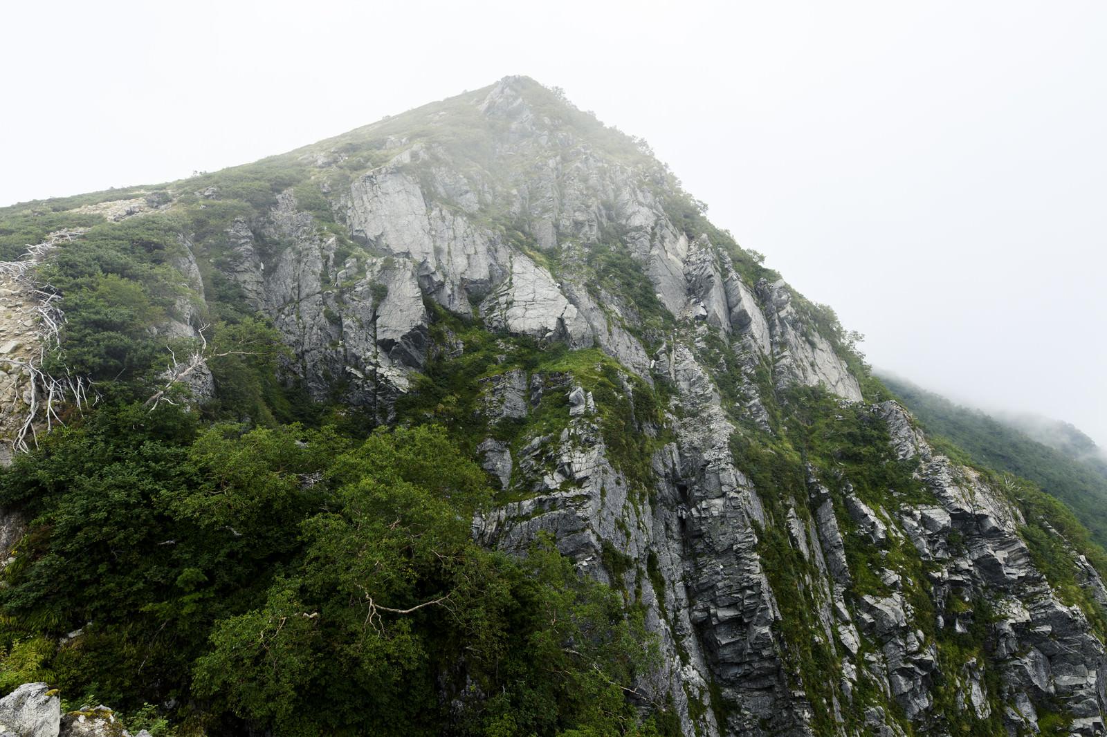 「中央アルプス稜線にて切り立つ岩の壁」の写真