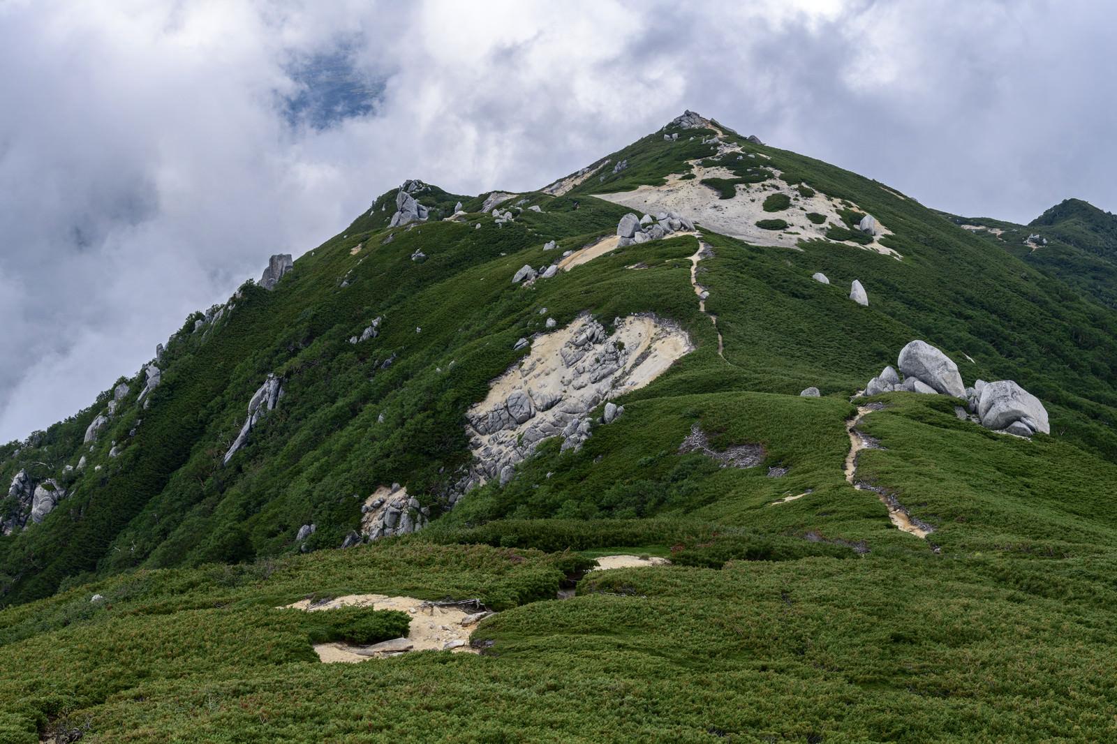 「池山尾根稜線から空木岳山頂方面を眺める景色」の写真