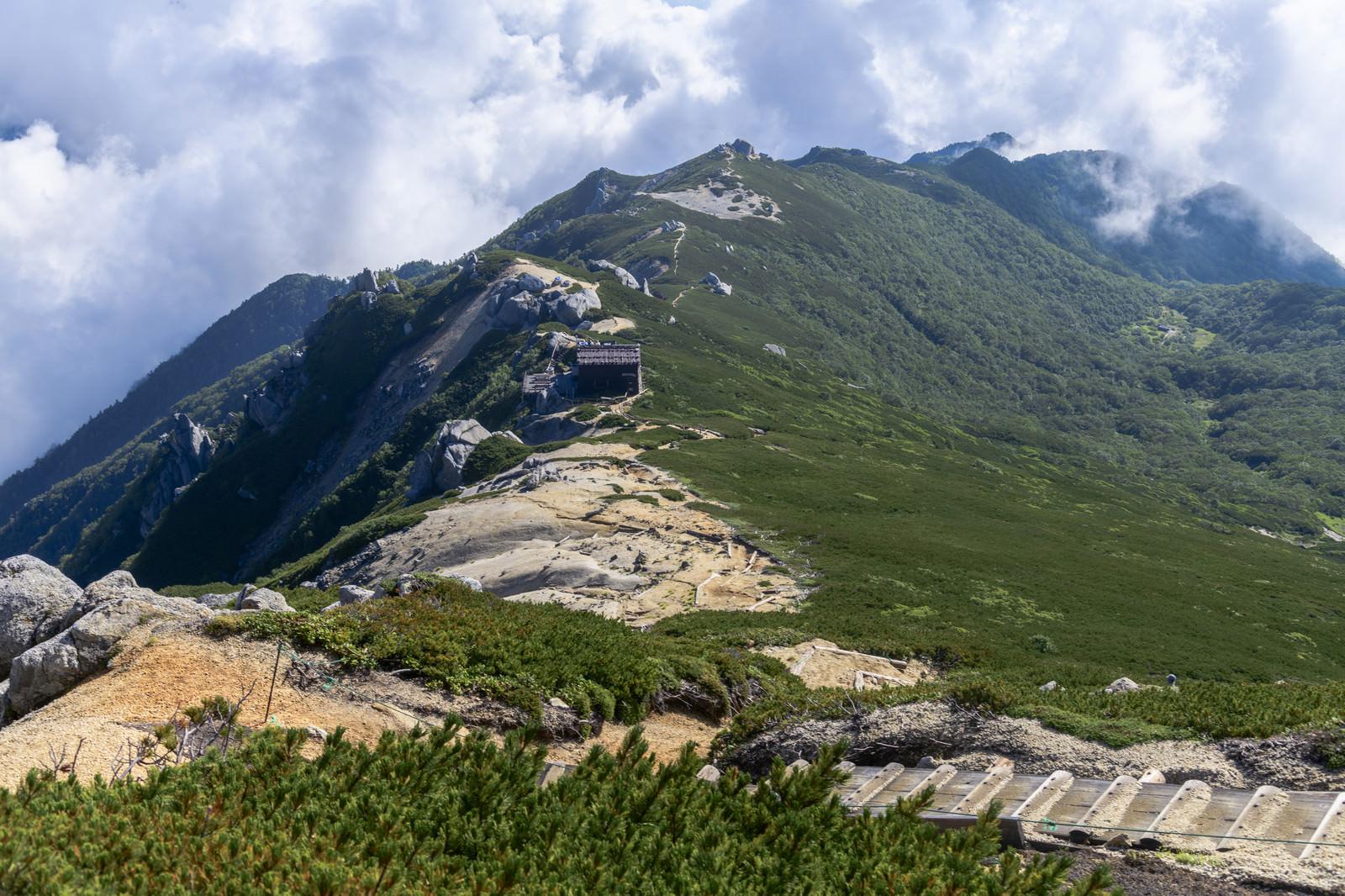 「空木岳山頂から見る駒峰ヒュッテと雲海」の写真