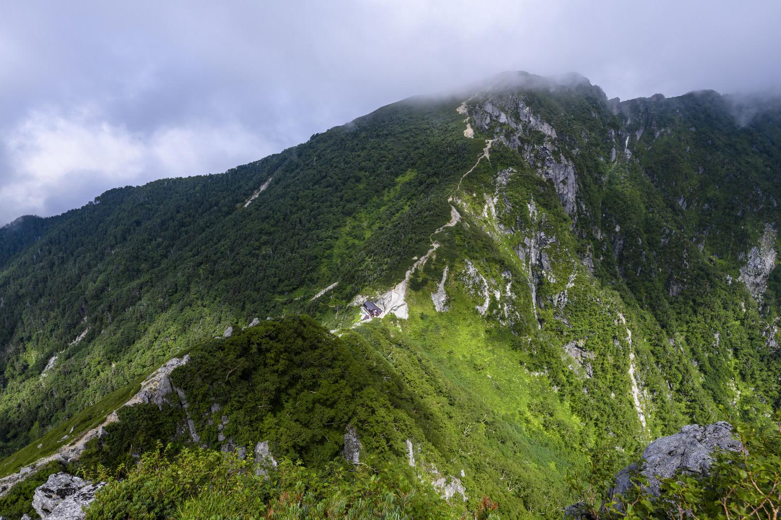 「谷間に立つ木曽殿山荘(空木岳)」の写真